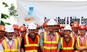 厄瓜多尔总统科雷亚亲切看望参建员工